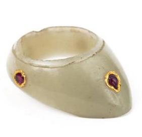 2108€ Art moghol, Inde, XVIIe-XVIIIesiècle. Bague d'archer en jade ponctuée de quatre pierres précieuses montées en or. Drouot, 16mai