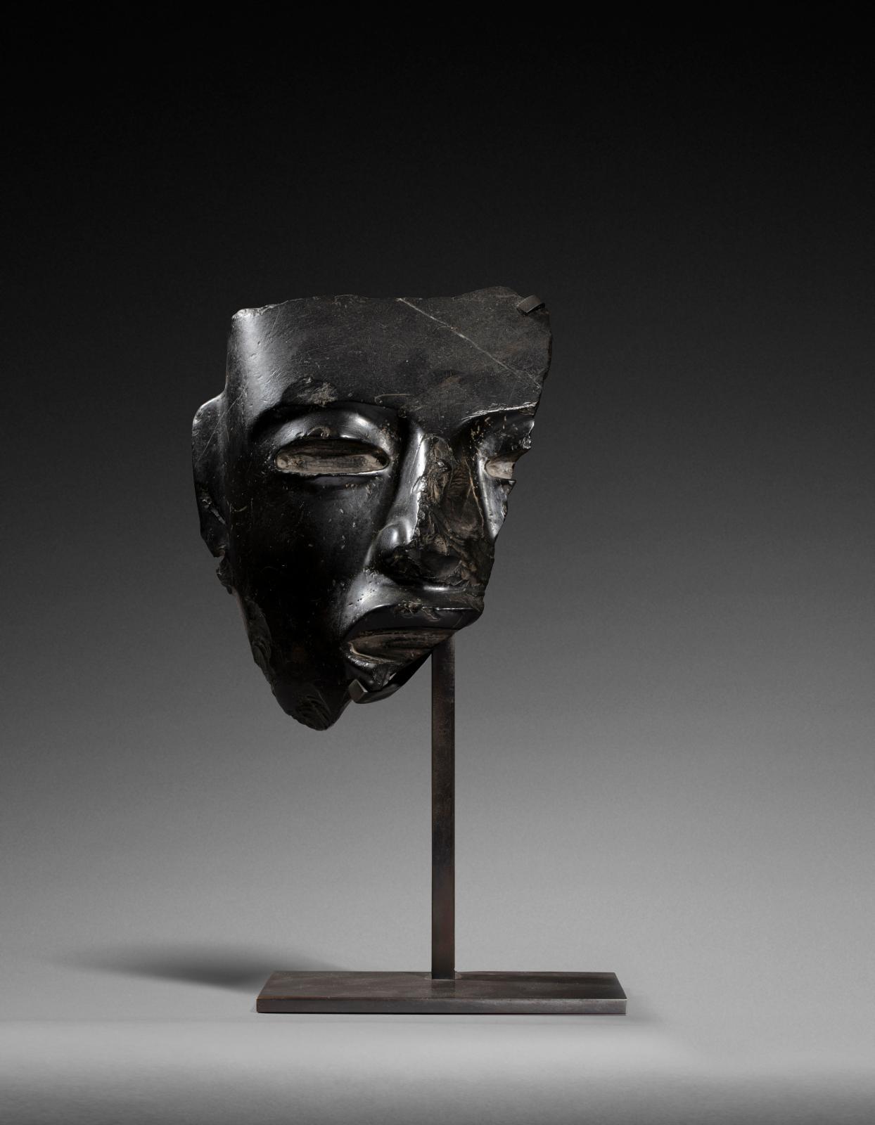 Mexique, Teotihuacán, époque classique (450-650 apr. J.-C.), fragment de masque cultuel présentant le visage d'un grand seigneur, serpenti