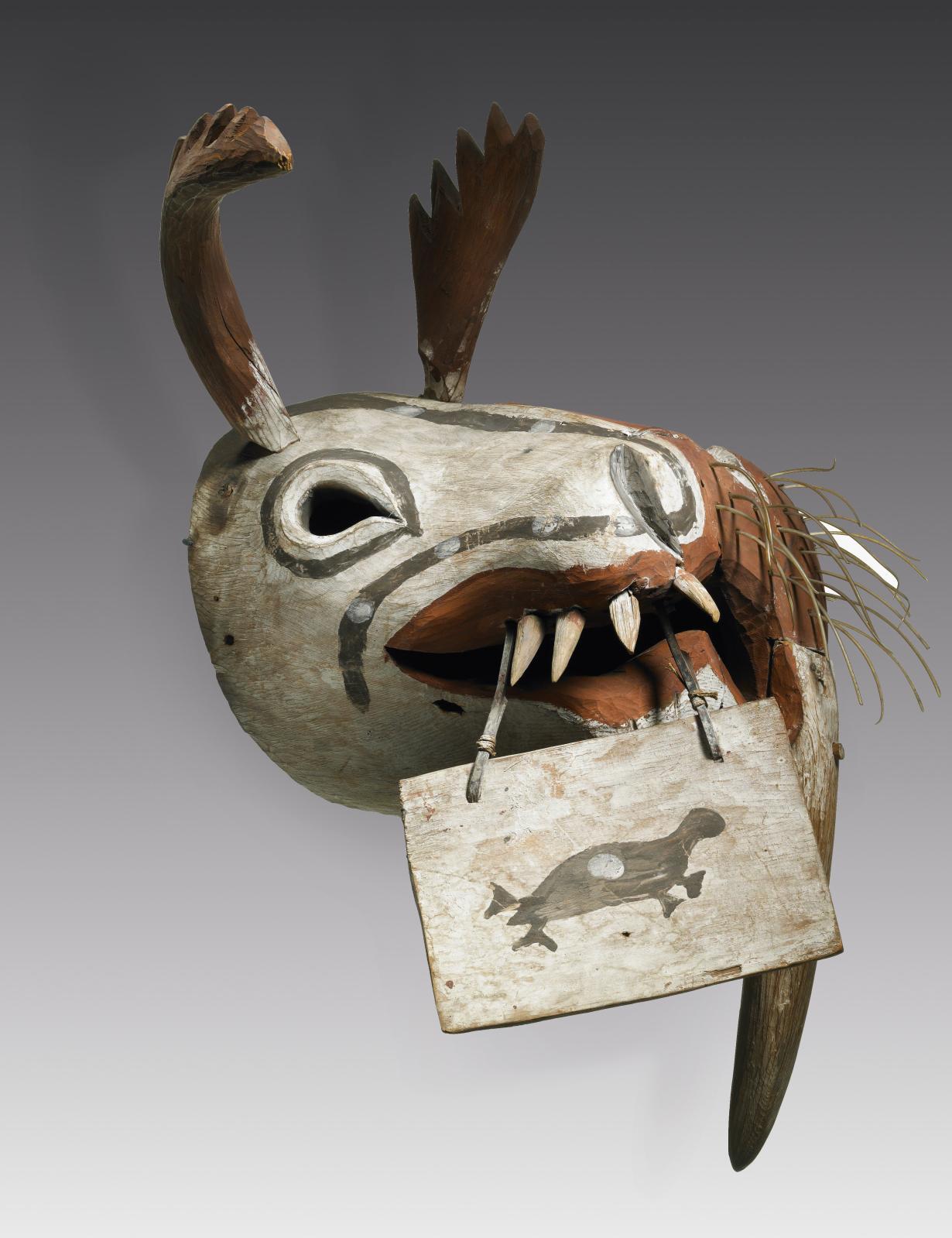 Masque cérémoniel kegginaquq: morse et caribou, culture yup'ik, Alaska, Amérique, début du XXesiècle, bois, poils, fibres végétales, pig