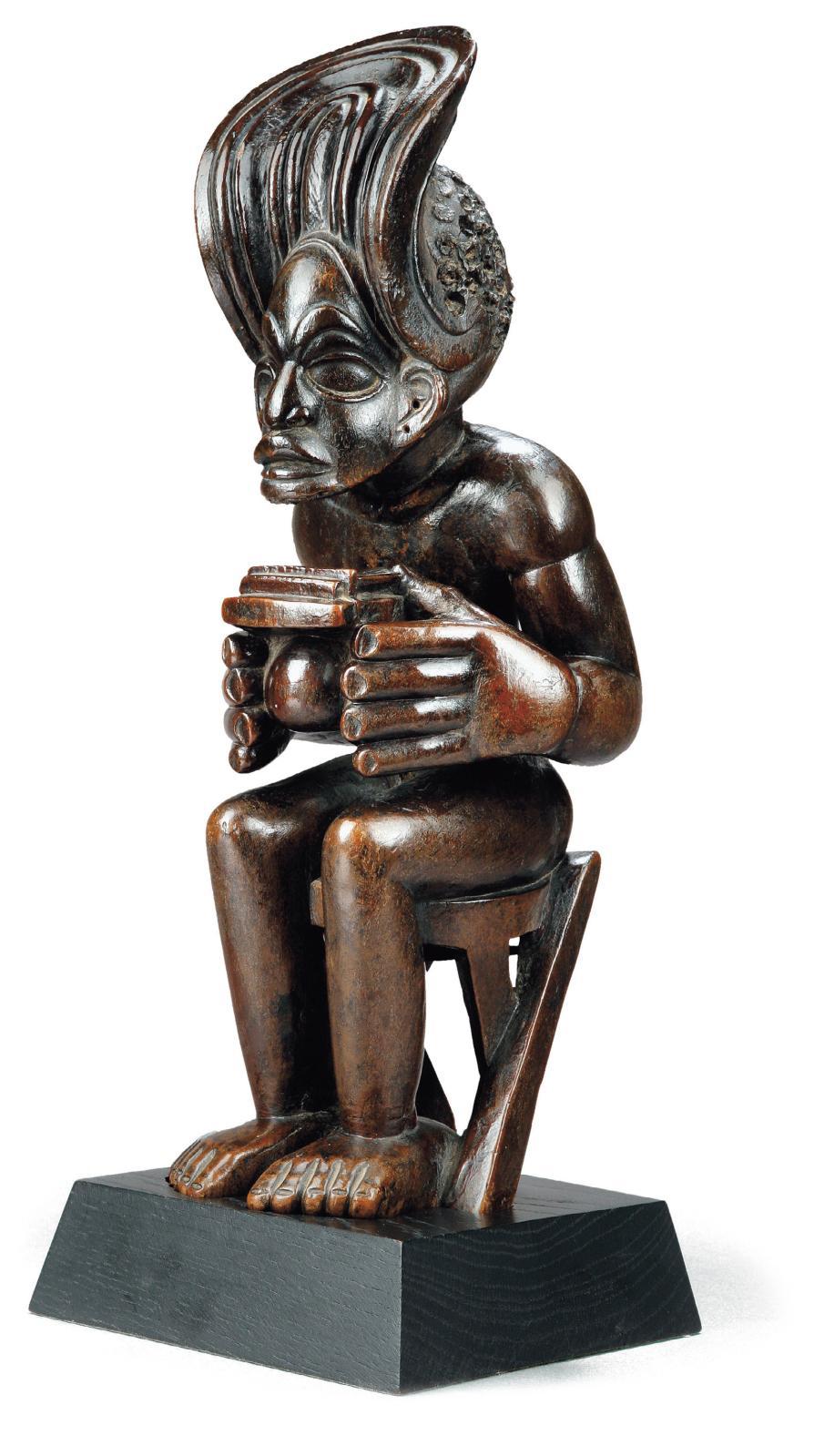 Angola, Tshokwe, XIXe siècle, roi jouant de la sanza, bois sculpté, h. 37 cm. Ancienne collection Anne et Jacques Kerchache (1942-2001). M