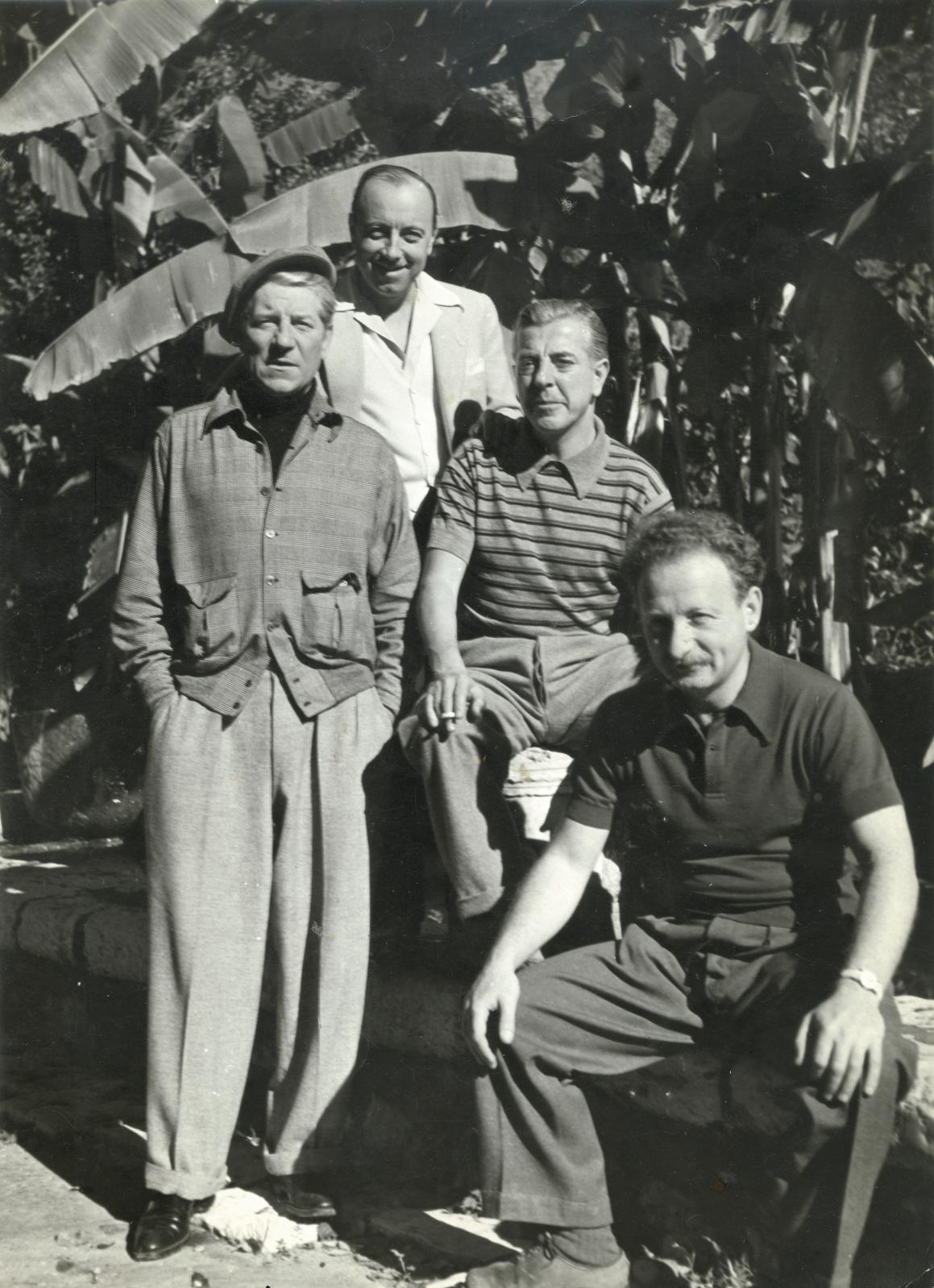 Émile Savitry (1903-1967), Jean Gabin, Marcel Carné, Jacques Prévert et Alexandre Trauner, dans un jardin, Saint-Paul-de-Vence, 1943, épre