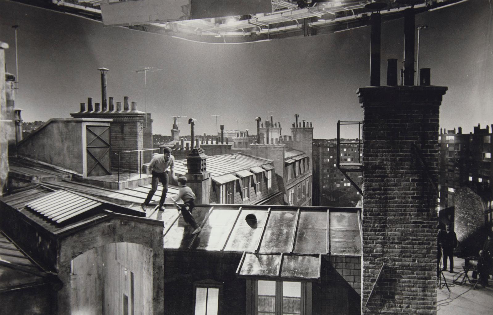 Alexandre Trauner, Le Couteau dans la plaie (Anatole Litvak), Paris, vers 1961, tournage sur les toits, épreuve argentique d'époque, 26,5