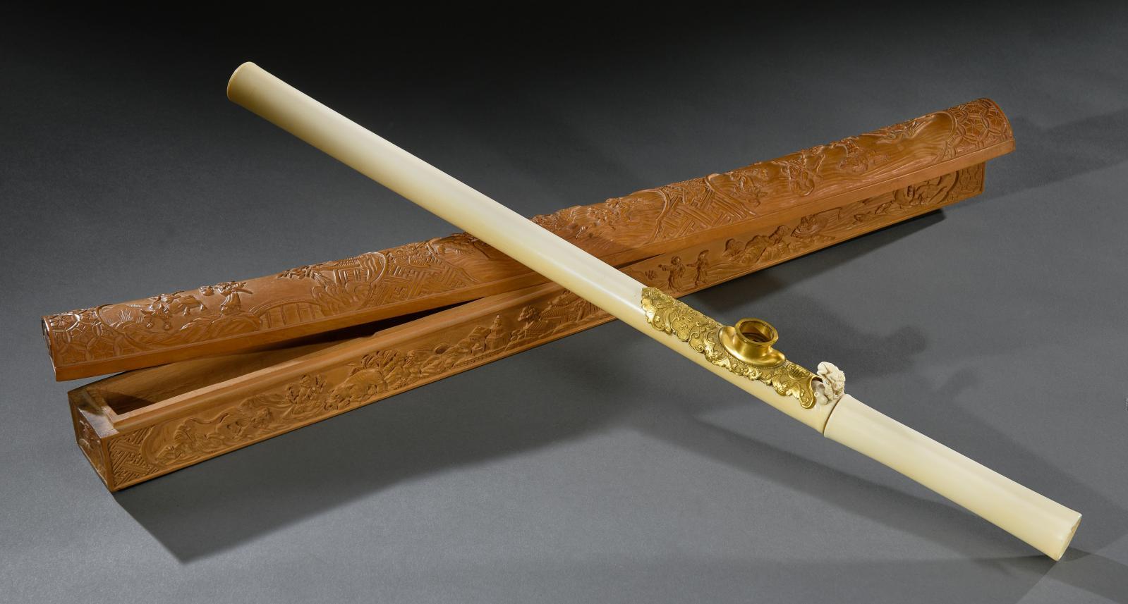 16250€ Chine du Sud, vers 1830. Pipe à opium en ivoire imitant le bambou, à décor d'une grenouille sculptée, garniture en bronze doré et