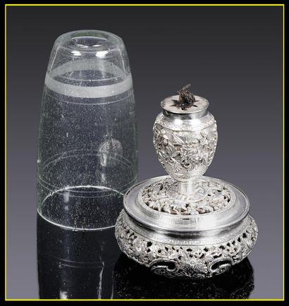 3349€ Chine ou Vietnam, vers 1900. Lampe à opium en argent repoussé coiffée d'une cloche de verre amovible, h.totale 12cm, diam.total