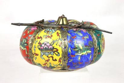 275€ Chine, XIXesiècle. Pipe à opium en porcelaine émaillée multicolore en forme de citrouille, monture en métal doré, cachet rouge sous