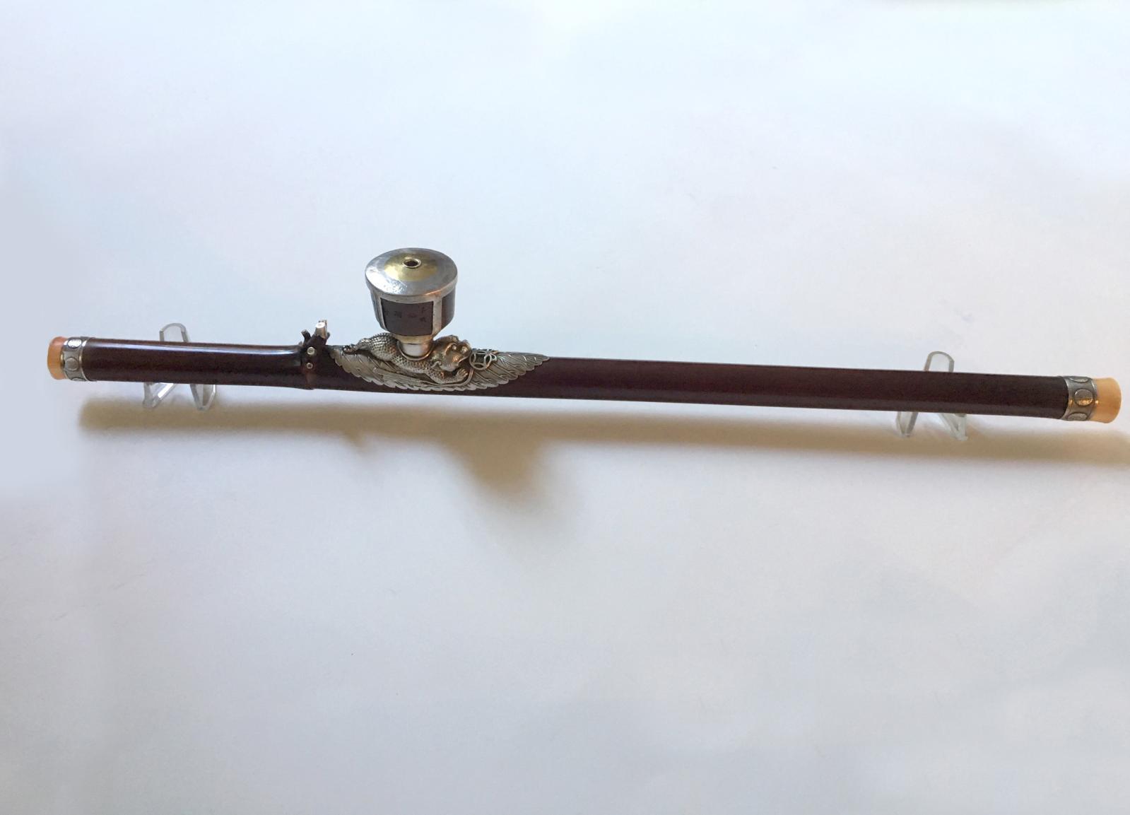 5802€ Chine, XIXesiècle. Pipe à opium en bambou laqué ornée d'un crapaud lunaire avec des sapèques, arrêtoir à cinq pointes en métal, b