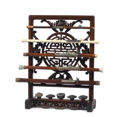 8925€ Indochine, vers 1900. Râtelier pour pipes à opium en bois de rose sculpté et ajouré du motif shou et de chauves-souris, h.70cm.