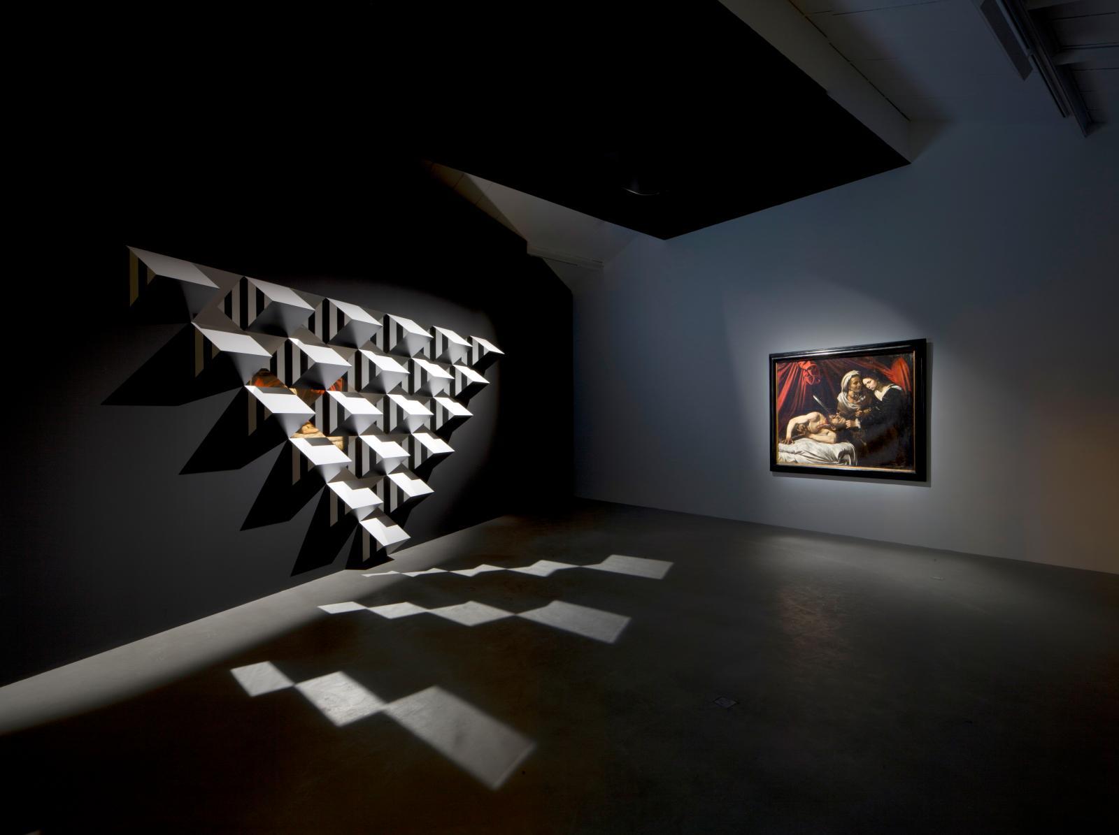 Exposition «Caravage, Judith et Holopherne - Daniel Buren, Pyramidal, Haut-Relief-AS, travail situé».