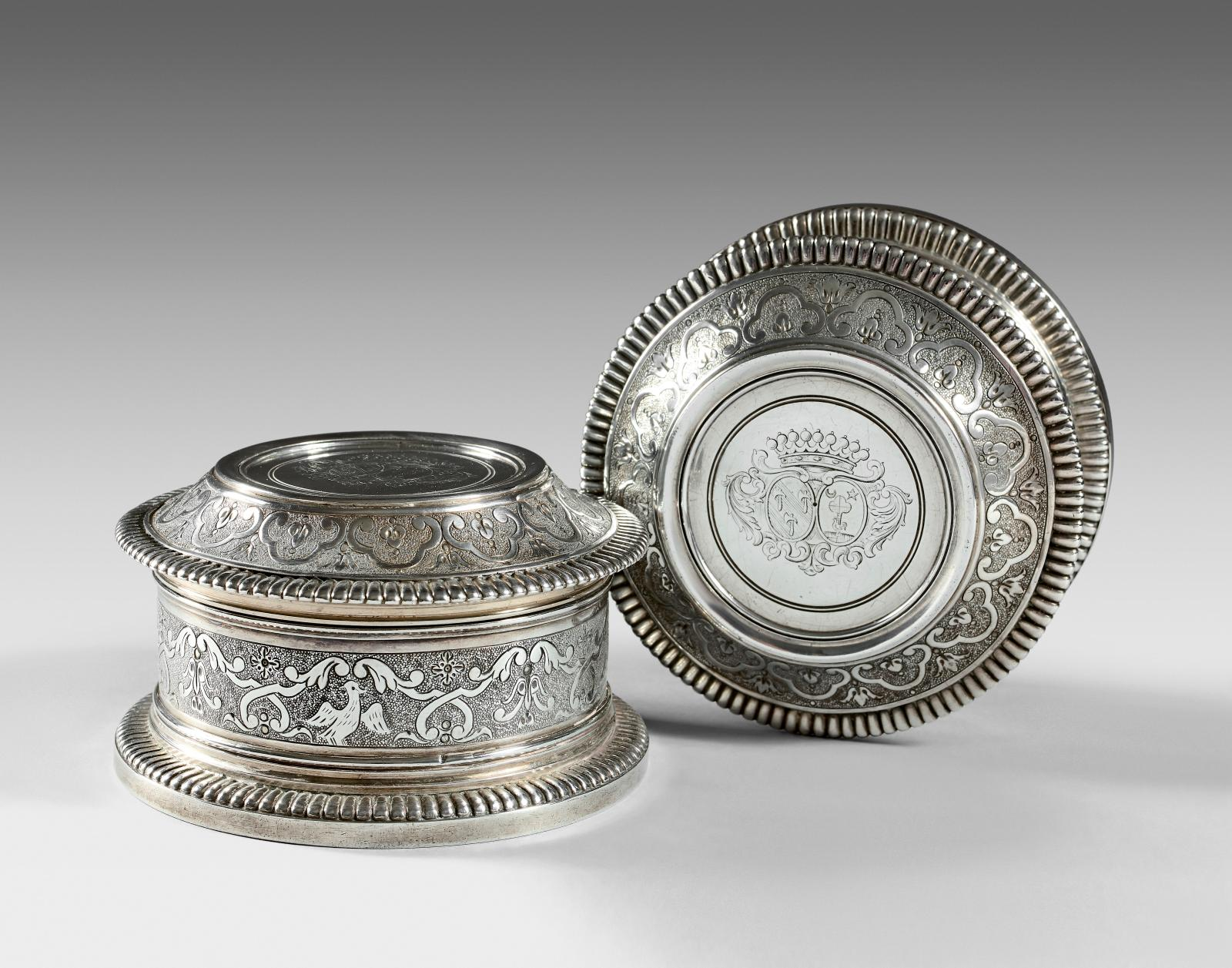 Paire de boîtes de toilette en argent à décor d'entrelacs feuillagés et volatiles, gravées d'armes d'alliance timbrées d'une couronne comt