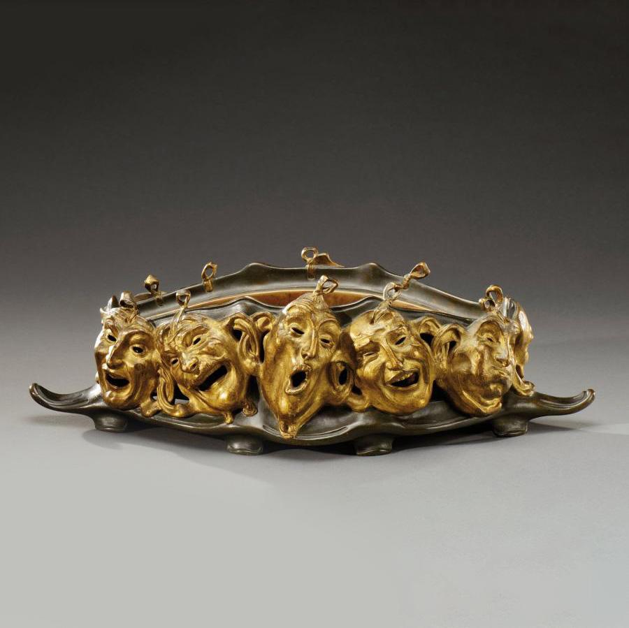 6375€ Jardinière de table de forme polylobée végétale, bronze à patine brune et dorée agrémentée de masques de la commedia dell'arte, si