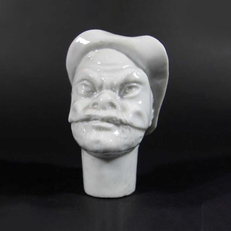8514€ Italie, Doccia, pommeau de canne représentant une tête d'homme masqué de la commedia dell'arte, émaillé blanc, XVIIIesiècle, h.7