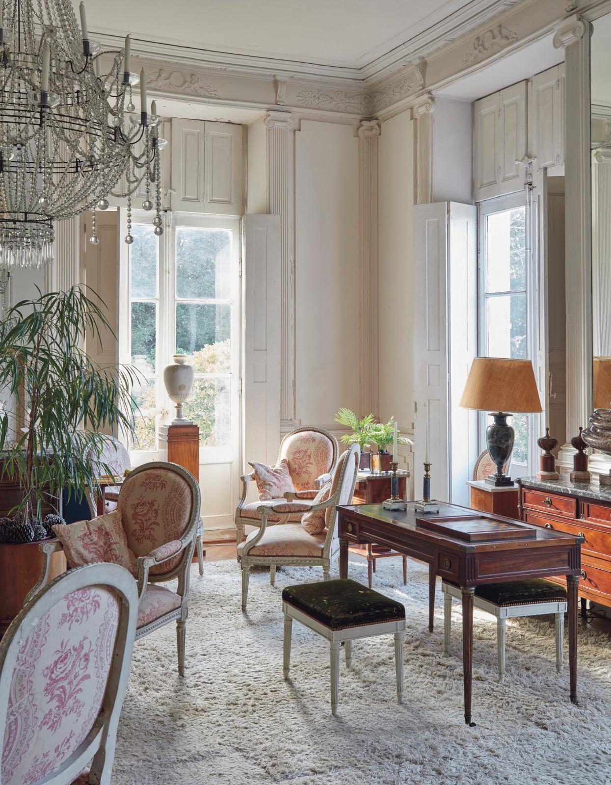 Le salon du décorateur accueillait des meubles d'époque et de style LouisXVI.