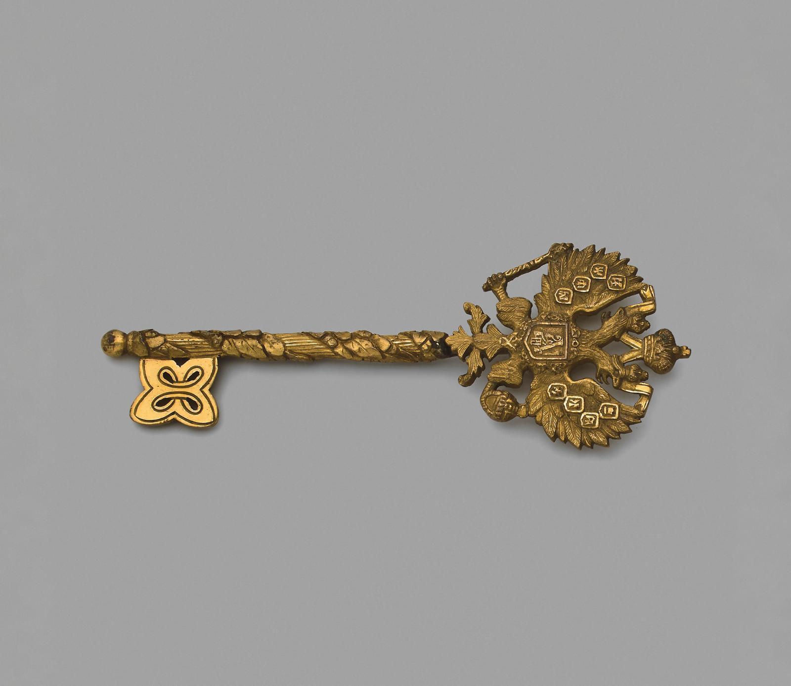 Clef de chambellan en bronze doré et ciselé au chiffre du tsar AlexandreIII, 15,4x5,5cm. Estimation: 2500/3000€