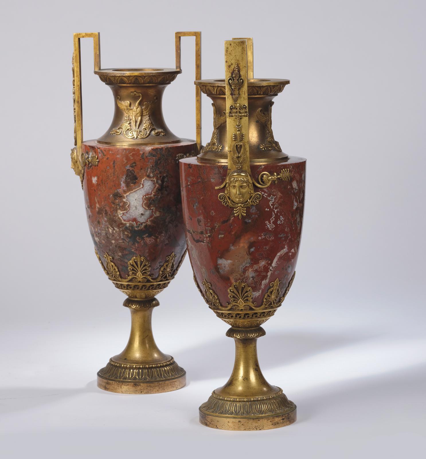 Époque Empire, paire de vases «amphore» en marbre du Languedoc tourné, monture en bronze ciselé et doré appliquée de cygnes aux ailes dépl