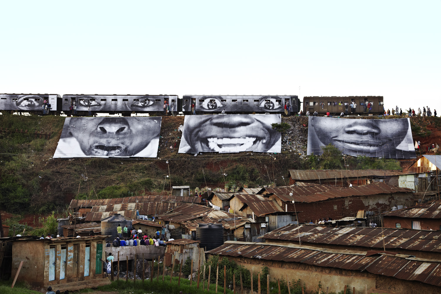 28 Millimètres : Women Are Heroes, Action in Kibera, Slum, Train Passage 6, Kenya, 2009, 107 x 160 cm.