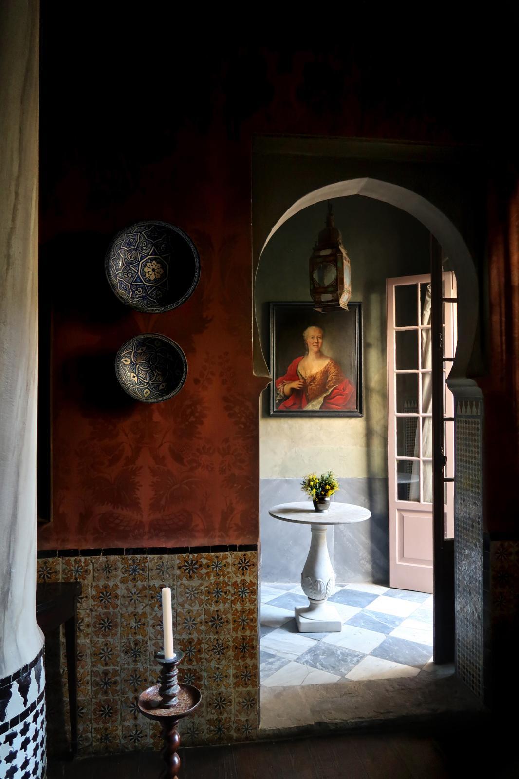 À Tanger, la maison de Roberto Peregalli est un manifeste de son style: carreaux anciens, murs patinés et pénombre…