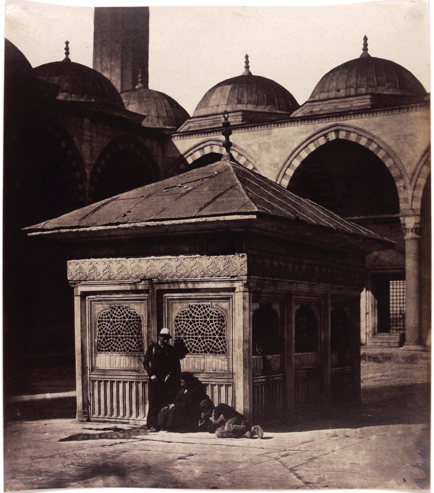 James Robertson (1813-1888) et Felice Beato (1832-1909), Fontaine dans la cour de la Mosquée bleue (reproduite)et Fontaine dans la cour de