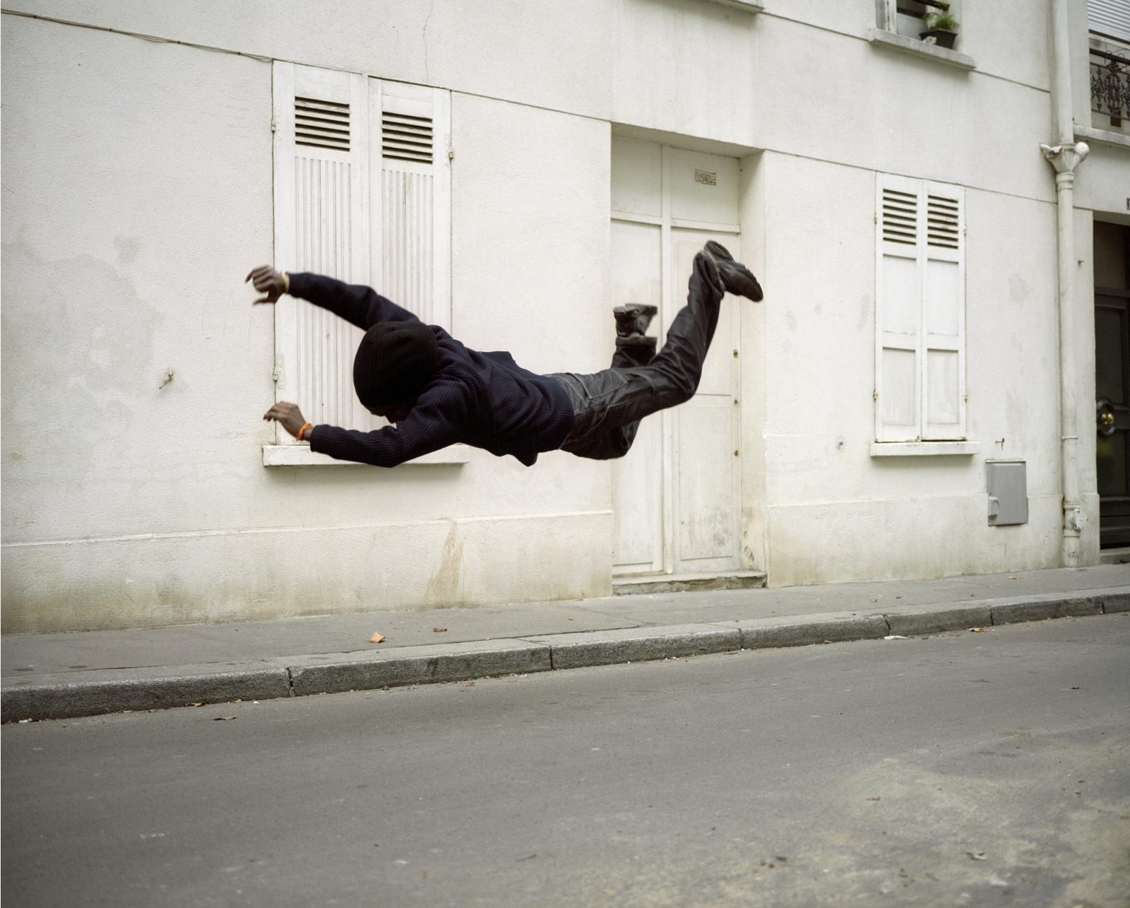 Denis Darzacq (né en 1961), La Chute16, 2006, exposition «Le corps est la pesanteur», CACP-Villa Pérochon (Niort), jusqu'au 23novembre 2