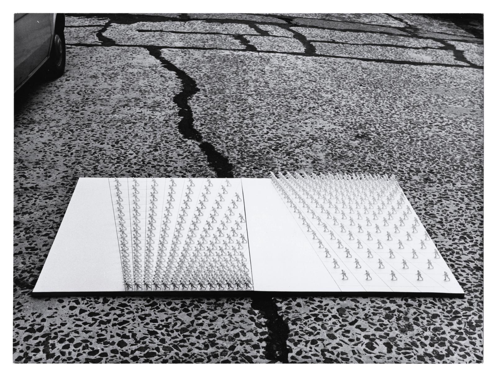 Antoni Miralda (né en 1942), Tableaux-Tables. Geometrías #4, 1970, tirage argentique, 16x24cm.