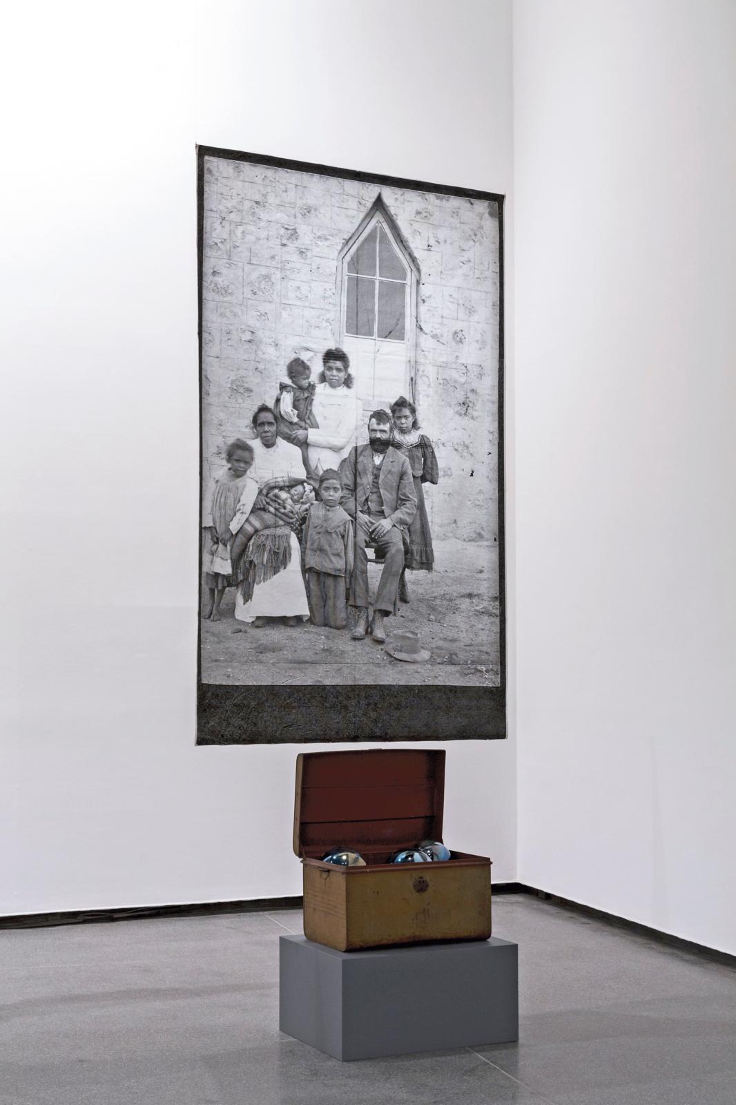 Yhonnie Scarce (née en 1973), Remember Royalty (détail), 2018, images d'archive, impression sur coton, lin, textile, verre soufflé et obje