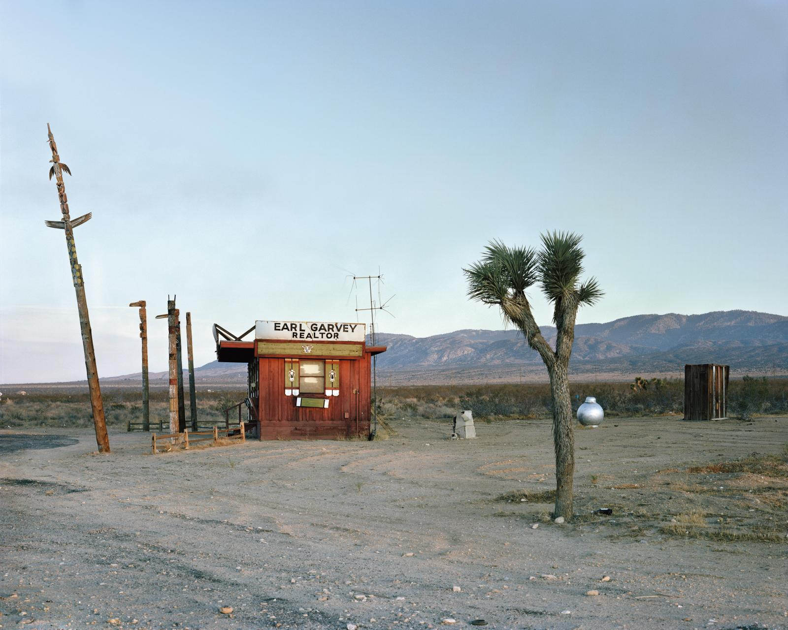 Joel Sternfeld (né en 1944), Earl Garvey Realtor, The Mojave Desert, California, July 1979, tirage C-Print, 106 x 133 cm.
