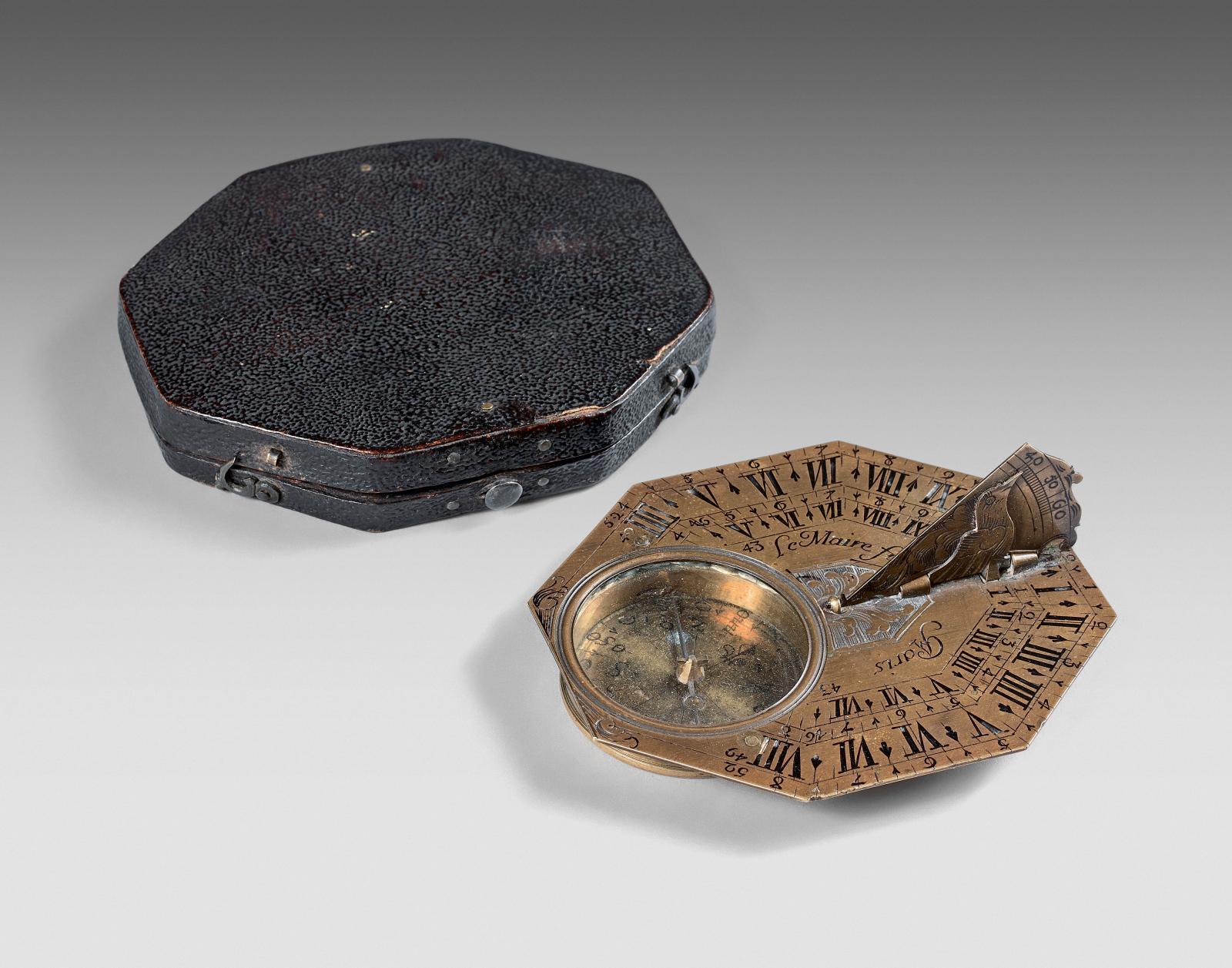 Vers 1660. Cadran solaire de voyage octogonal monolatitude à un cercle horaire en argent gravé de cuirs découpés et d'un drapé, signé «Lef