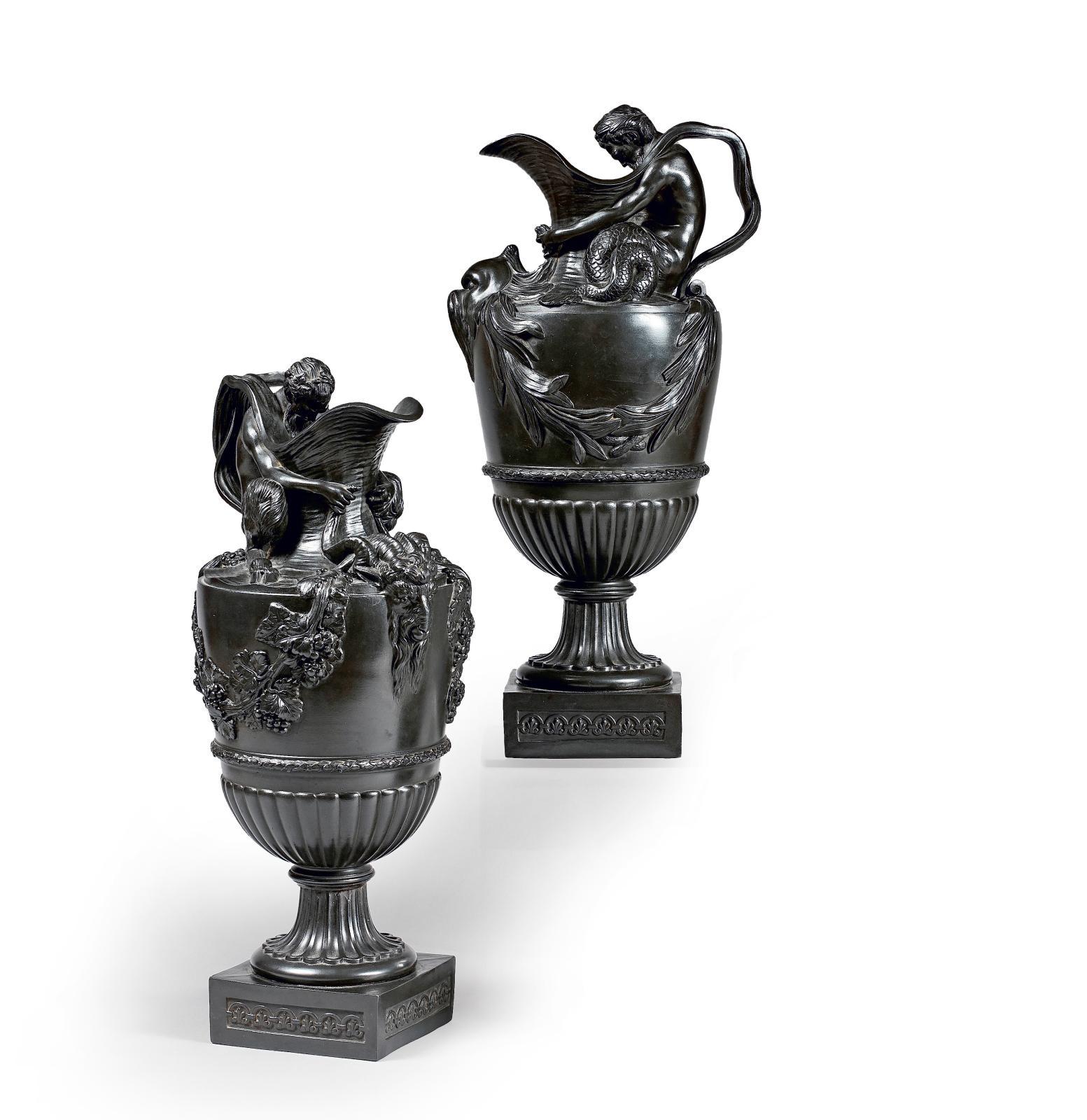 Wedgwood, fin du XVIIIesiècle. Paire d'aiguières en «black basalt» (l'une reproduite) munies d'anses en forme de satyre, modèle d'après S