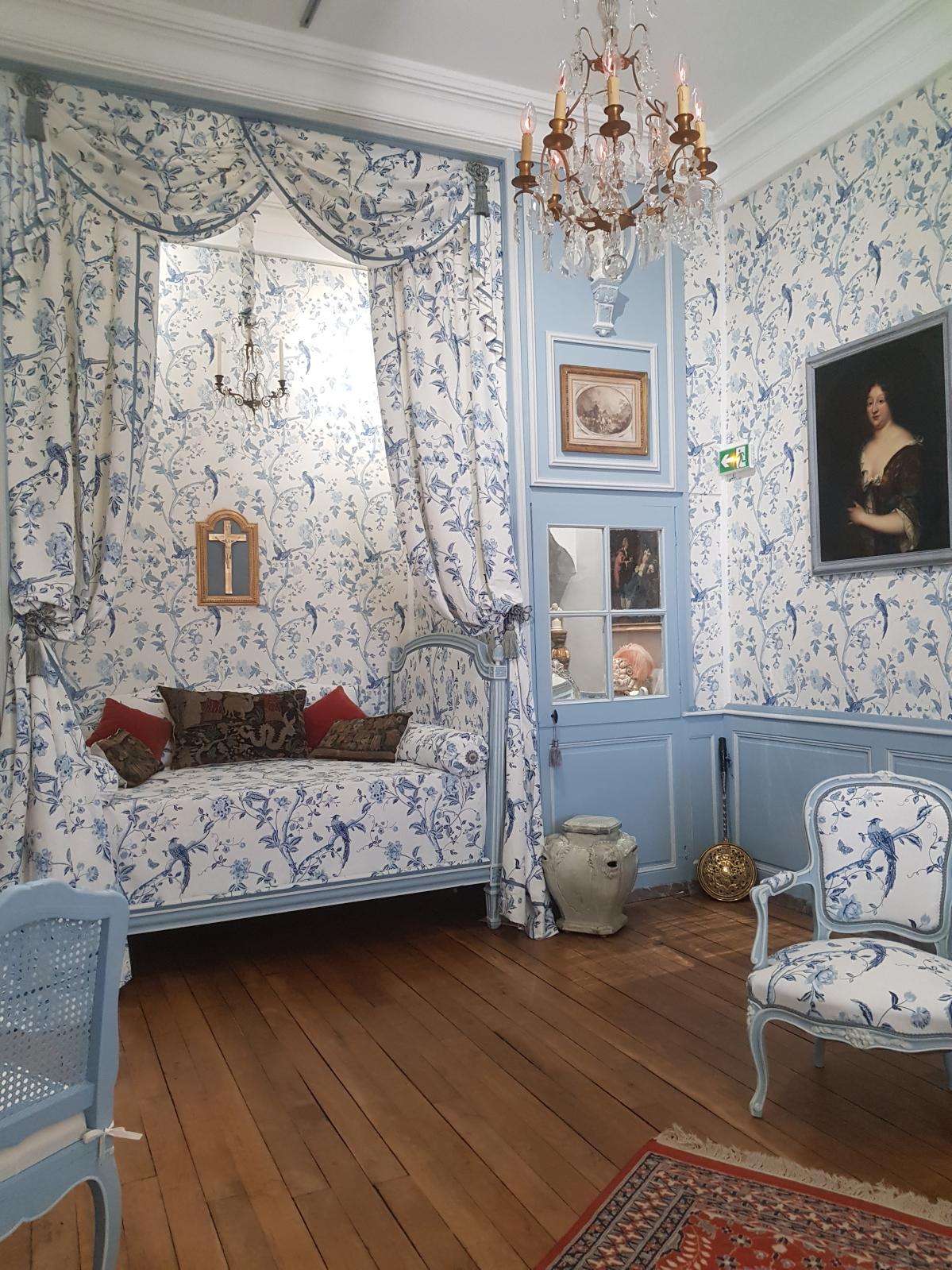 La chambre bleue dite de porcelaine avec son alcôve.