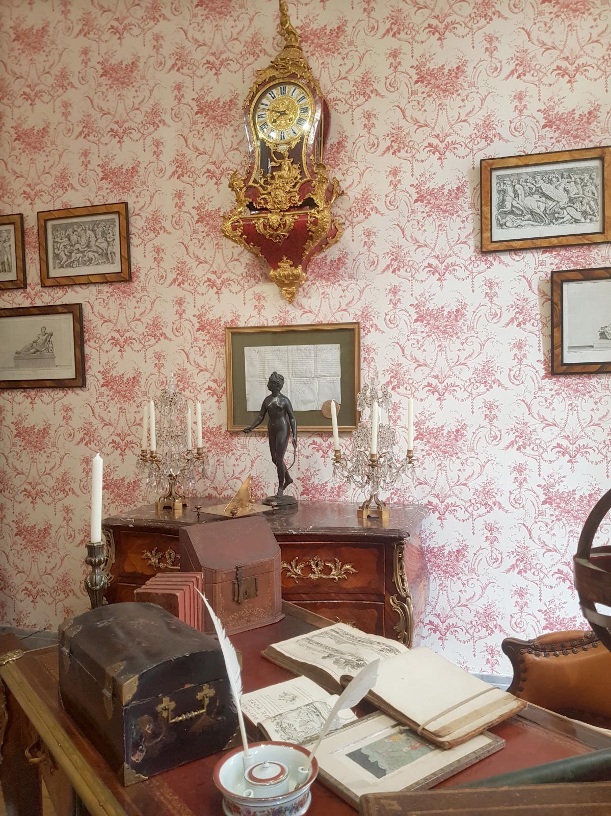 Le bureau rouge, dit bureau de Monsieur, et son mobilier LouisXV.