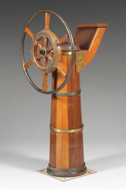 743€ Barre à roue en acajou et cuivre, avec son pied de transmission, h.: 102cm, diam.: 43cm, p.: 44cm. Drouot, 27octobre2010. Be