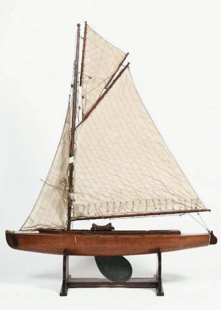 1125€ Maquette navigante de voilier, coque en acajou, dérive réglable en zinc, voiles à poste, h.: 121, l.: 95cm. Drouot, 20 novembre