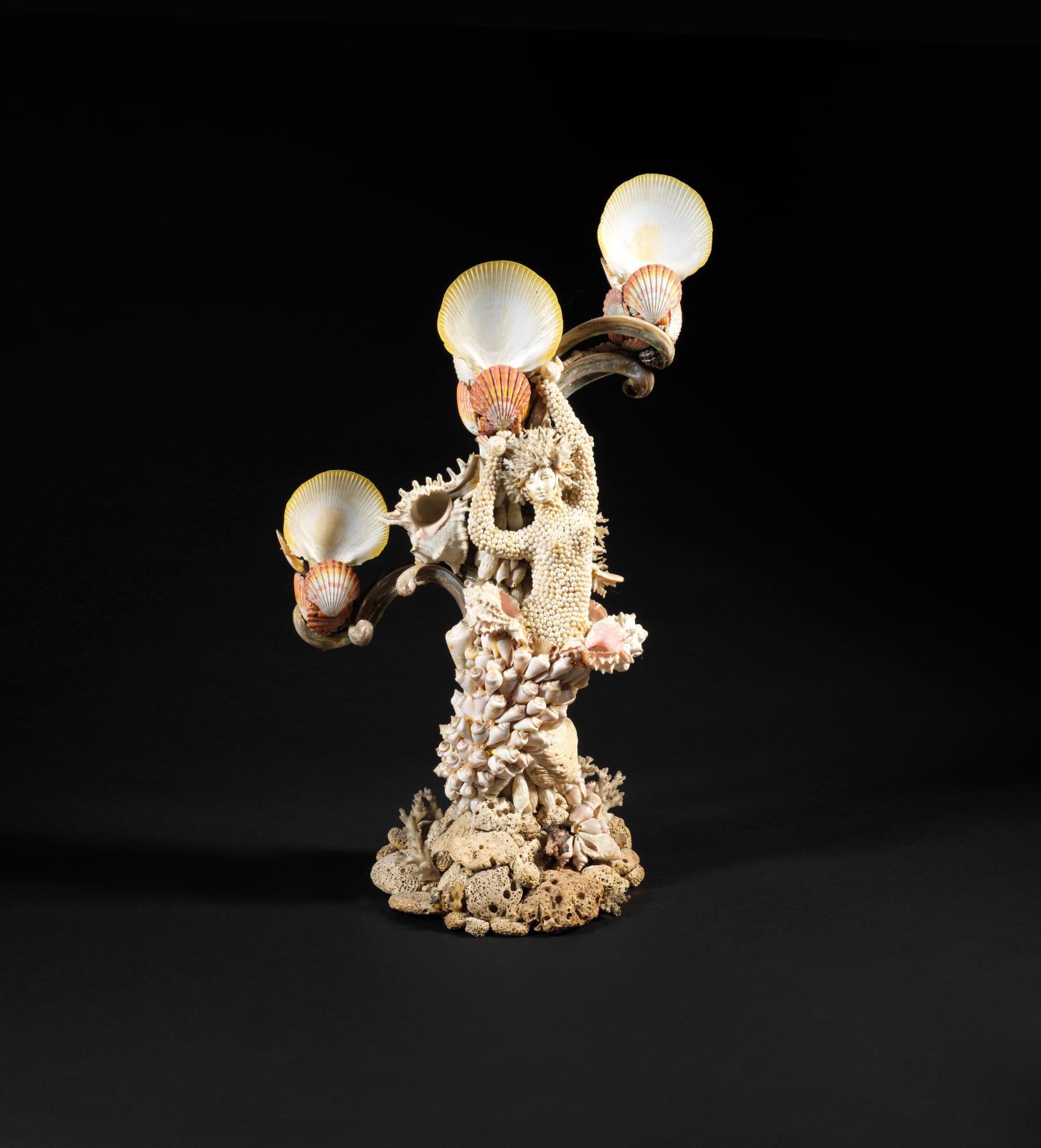 Création Erté, lampe (d'une paire) à trois lumières à figure de sirène en coquillages et concrétion, h. 62 cm.. Adjugé: 11700€