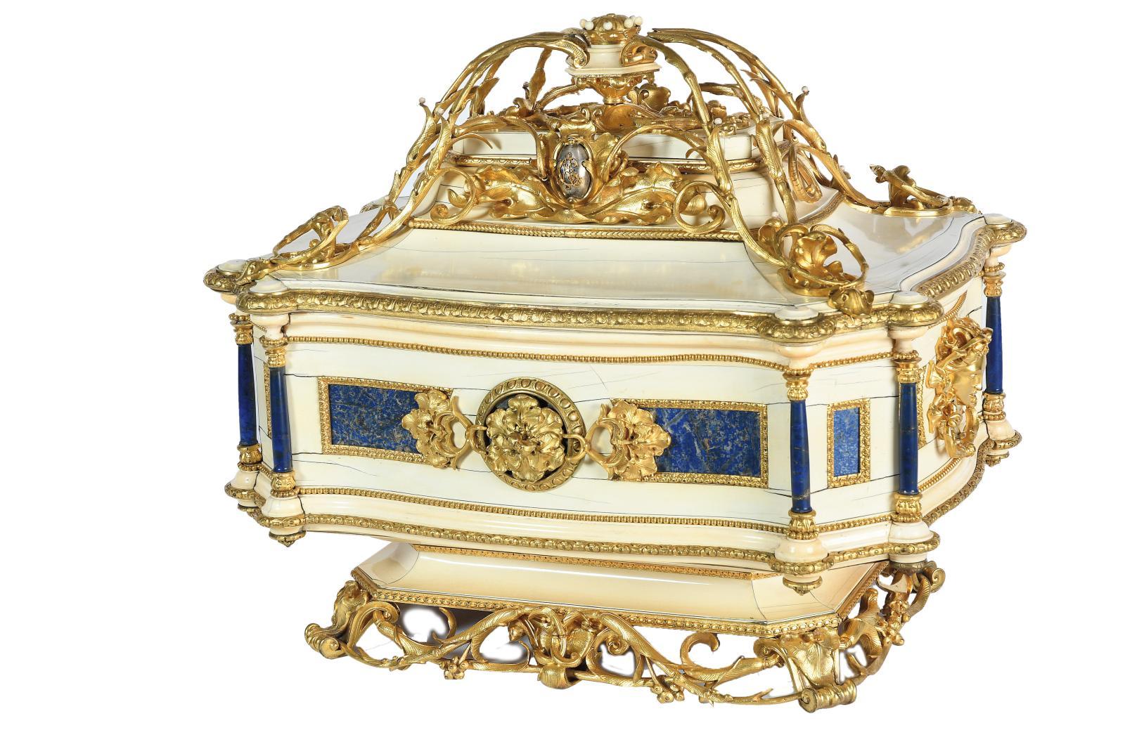 Ce coffret (52x62x49cm) serait un présent offert à l'occasion de la naissance, en 1842, d'Alfred Charles de Rothschild, fils de Lione