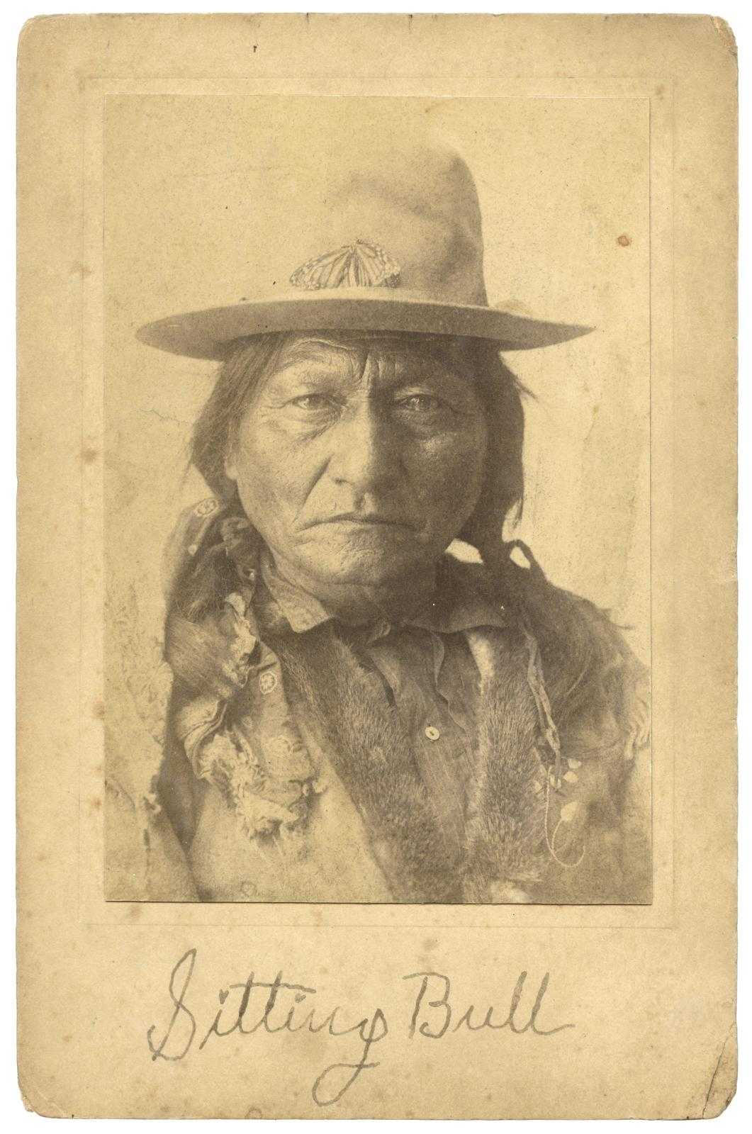 Sitting Bull (ca. 1831-1890), portrait of the Amerindian chief signed by Buffalo Bill, ca. 1885, 16.5 x 10.7 cm (detail).