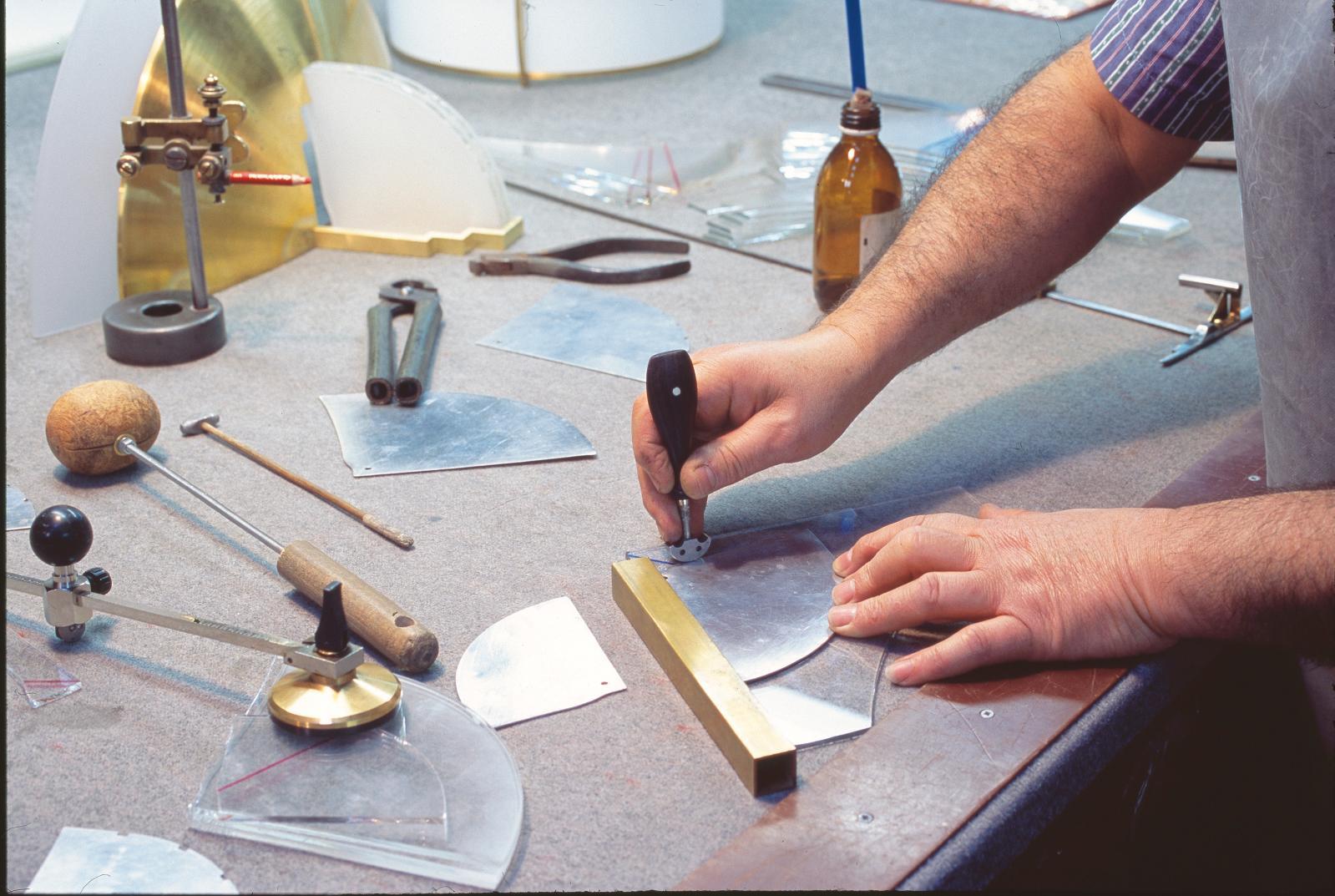 Traçage et découpe au diamant d'un verre optique extra-blanc à l'aide d'un gabarit.