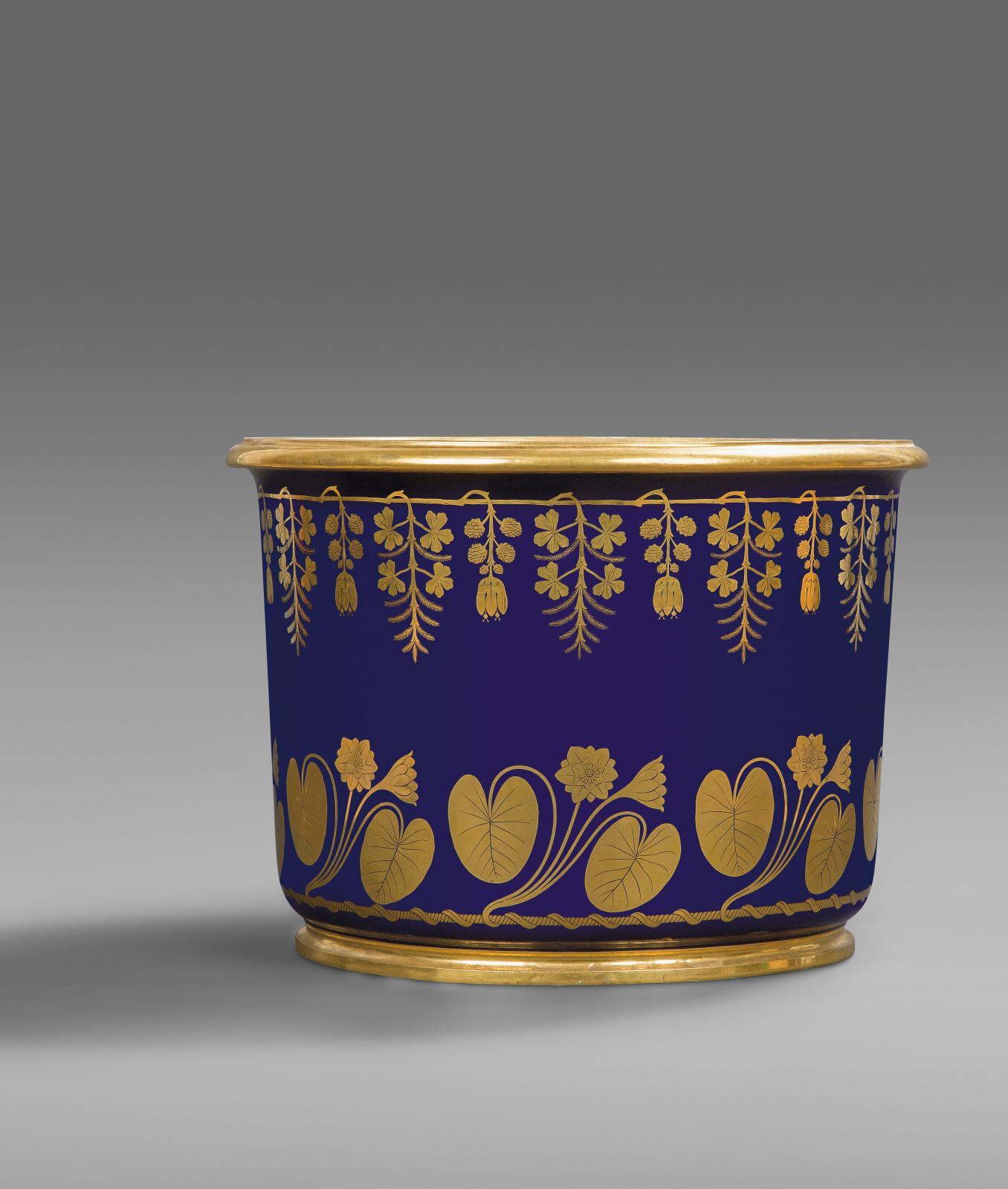 Sèvres, an XIII(novembre 1804-novembre 1805), grand seau à laver les pieds en porcelaine dure, à décor sur fond bleu en or de guirlandes de nymphéas