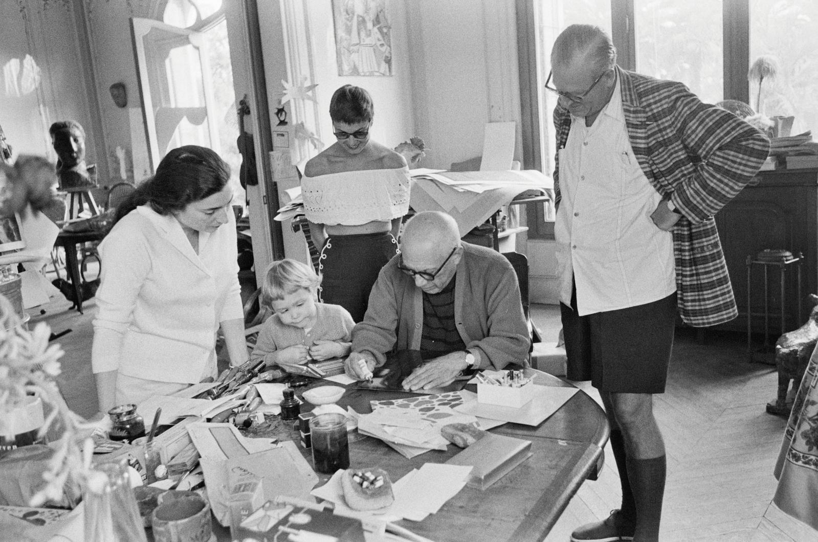 Jacqueline Roque, Marie et Ulla Ahrenberg, Picassoet Theodor Arhenberg à la Californie, Cannes, 1959.
