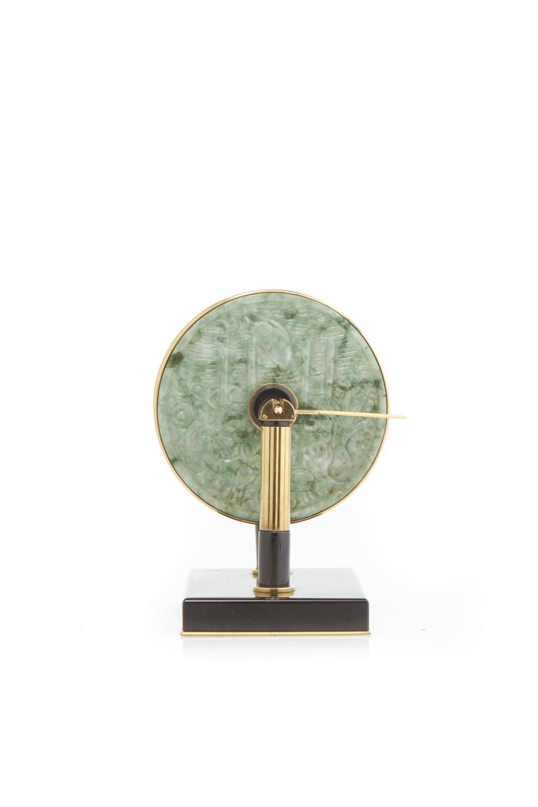 Pendule mystérieuse formée de deux disques de jade du XIXè siècle et agrémentée d'or, onyx, email. Cartier Paris, vers 1938.Collection pri