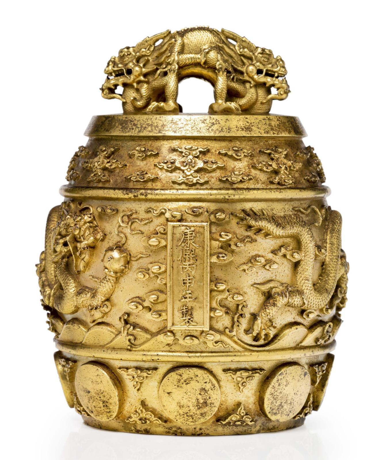 Chine, époque Kangxi (1662-1722). Cloche rituelle bianzhong en bronze doré, à décor en relief de deux dragons à cinq griffes au-dessus de