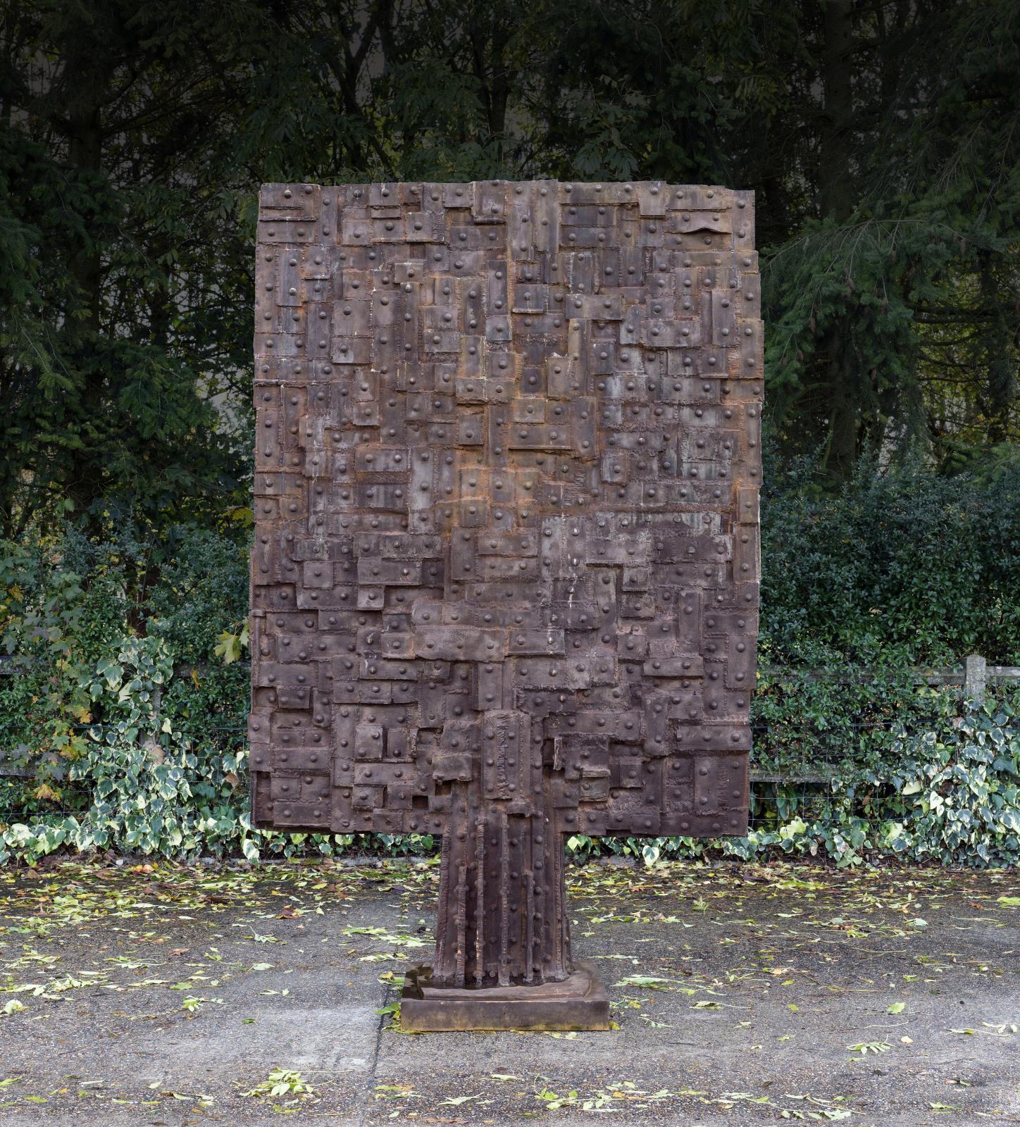 César Baldaccini, dit César(1921-1998), Plaque Eiffel, 1989, bronze soudé, fonte Romain Barelier, numérotée EA2/4, 280x185x150cm. A
