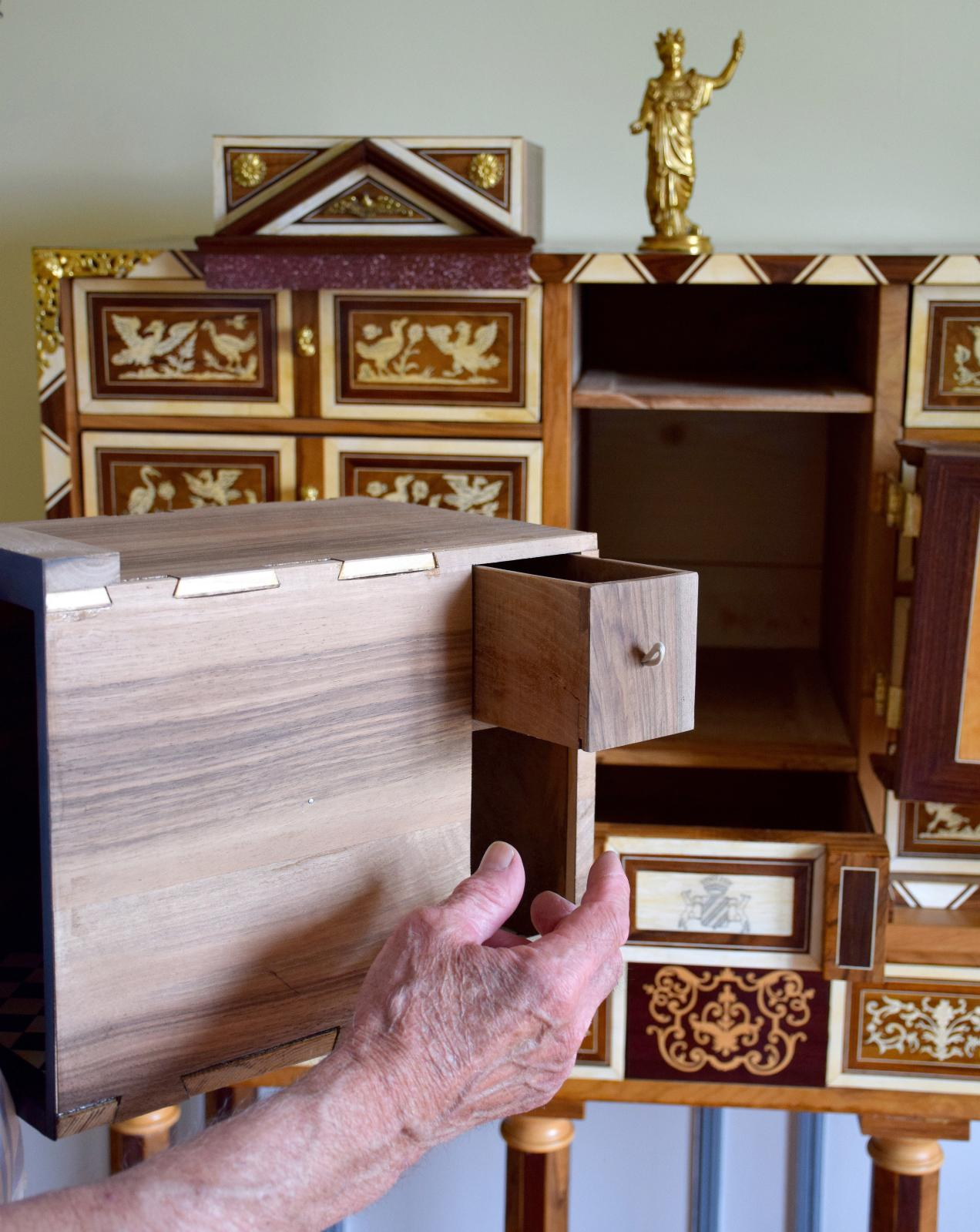 Huit mois de travail ont été nécessaires pour ce studiolo baroque  réalisé par l'ébéniste, en bois de violette et olivier, avec tiroirs à