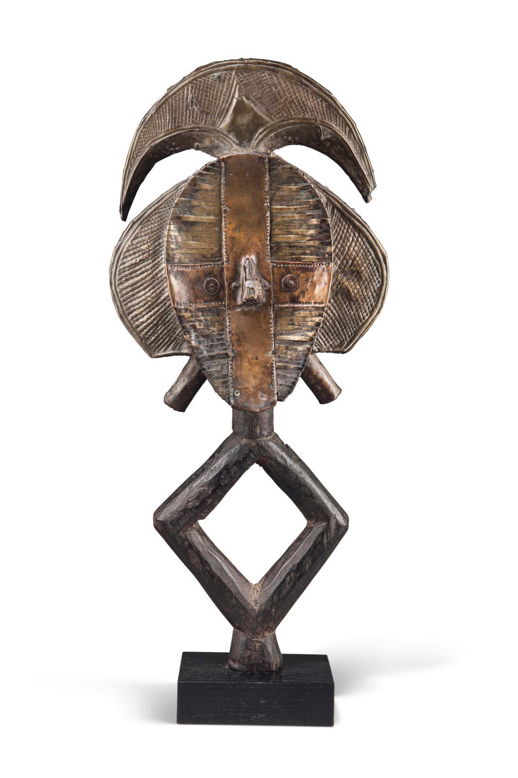 Figure de reliquaire Kota (Gabon), bois, laiton et cuivre, h.42cm. Estimation: 15000/25000€