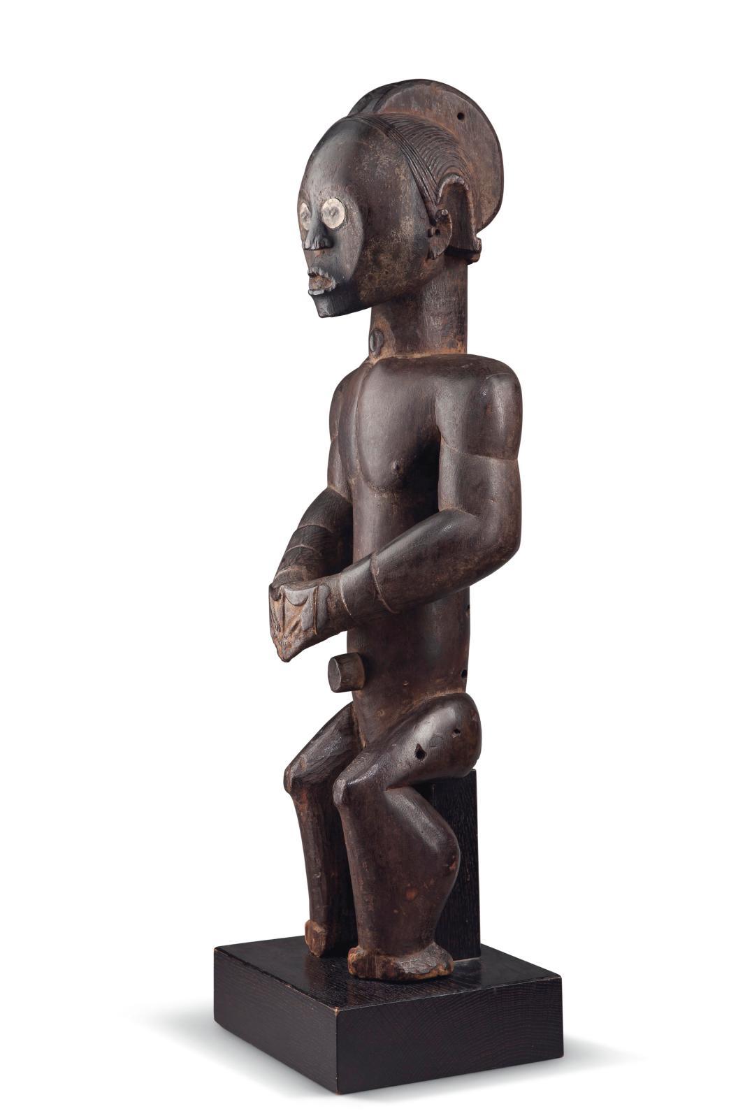 Statue fang (Gabon), bois et cuivre, socle par Kichizô Inagaki, h.53cm. Estimation: 300000/500000€