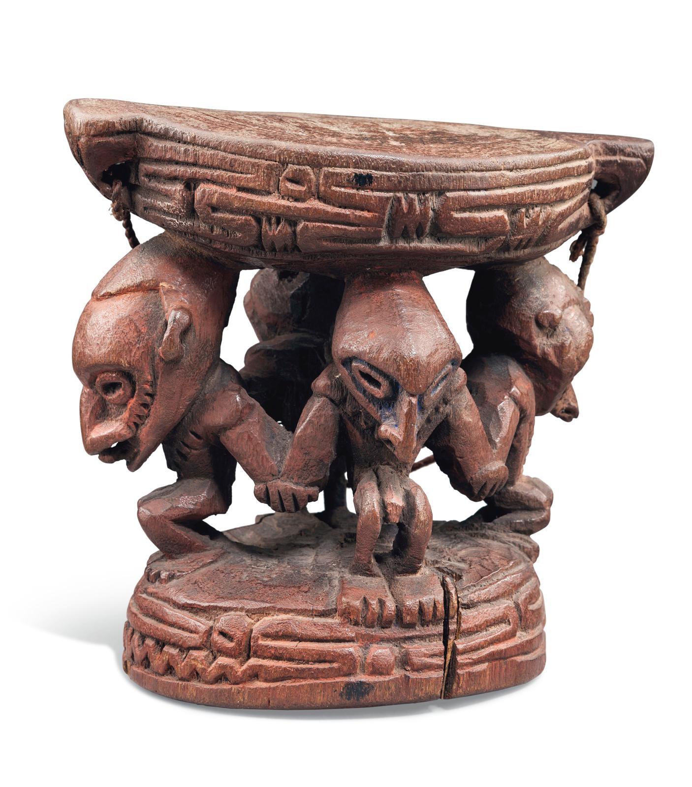 Appui-nuque sepik (Papouasie - Nouvelle-Guinée), bois à pigments ocre et bleu, attache en fibres, h.28,5cm. Estimation: 30000/50000€