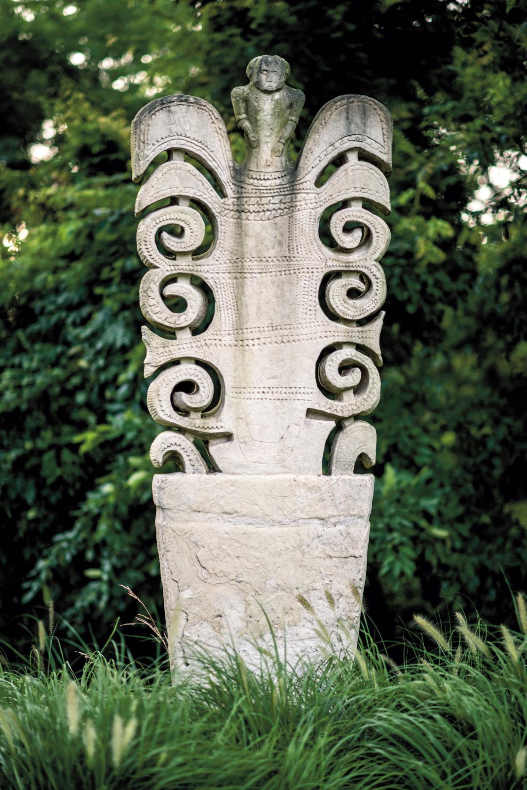 Sumba (Indonésie), pierre tombale penji ou arbre de vie, Byrd Hoffman Water Mill Foundation. DR
