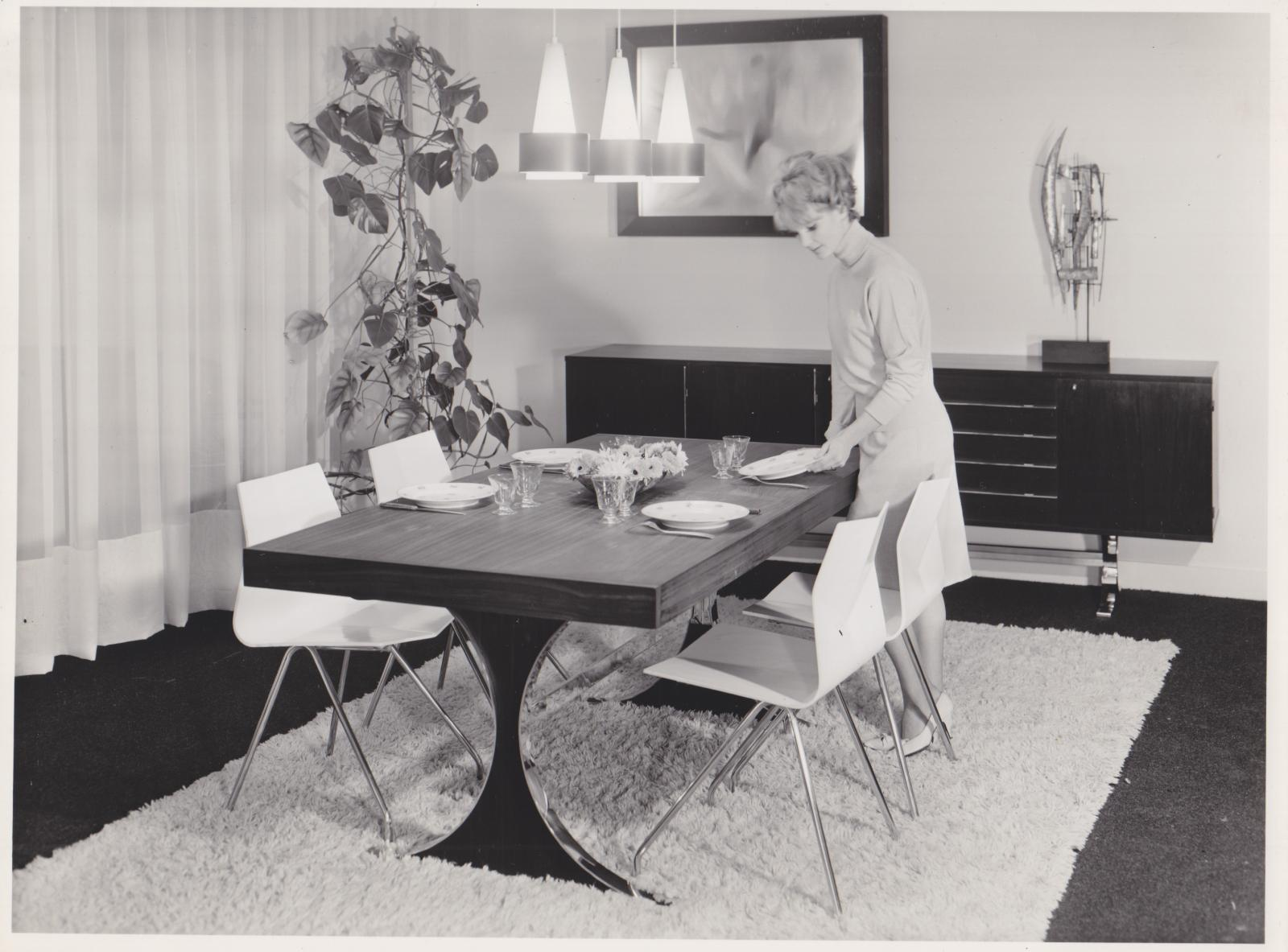 Stand de René-Jean Caillette au Salon des arts ménagers de 1957, reproduit dans la revue Meubles & Décors no705, mai1957. Courtesy galer