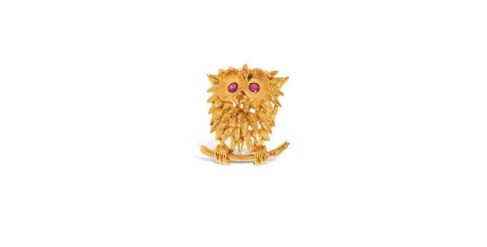455€ Broche clip «Hibou» en or jauneaux yeux habillés de rubis,poids brut: 12,2g.Paris, Drouot, 25novembre 2019. Millon OVV.