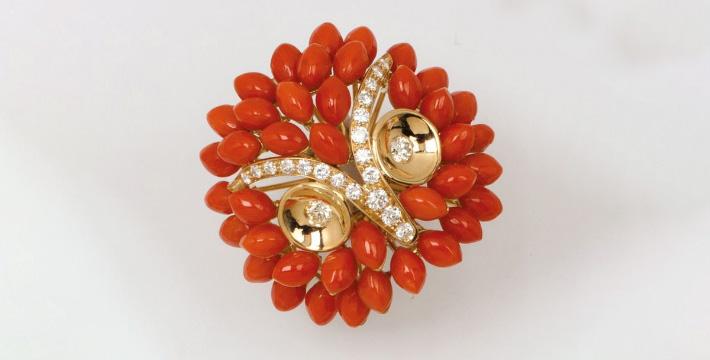 1920€ Bague «Hibou» en or jaune ornéede diamants et cabochons de corail, poids brut: 23,4g.Paris, Drouot, 1ermars 2019.Gros& Delet