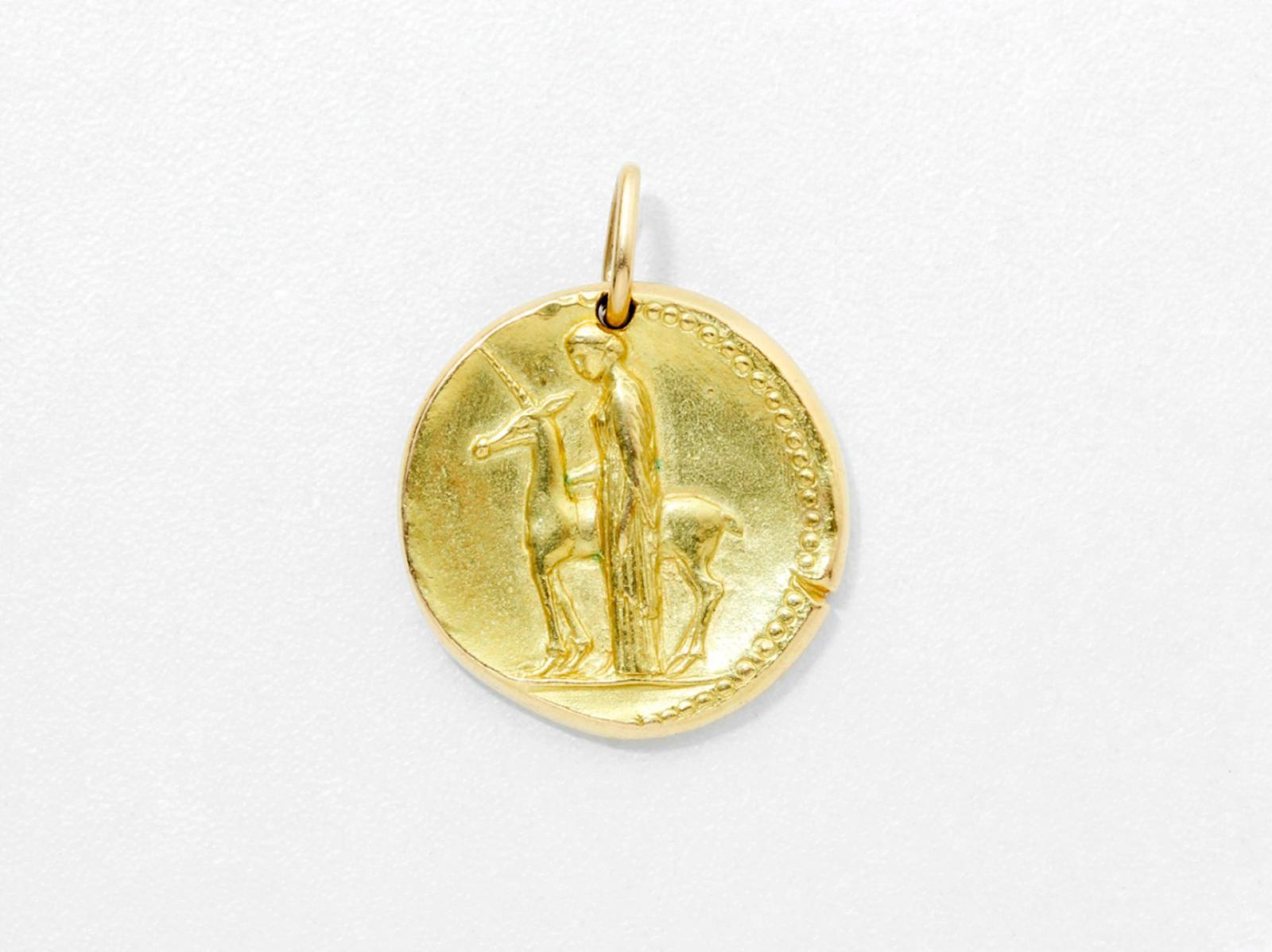 1127€ VCA. Pendentif en or 750millièmes, représentant une dame à la licorne, 1956, 2,7cm. Paris, Drouot, 6octobre 2016. Thierry de Ma