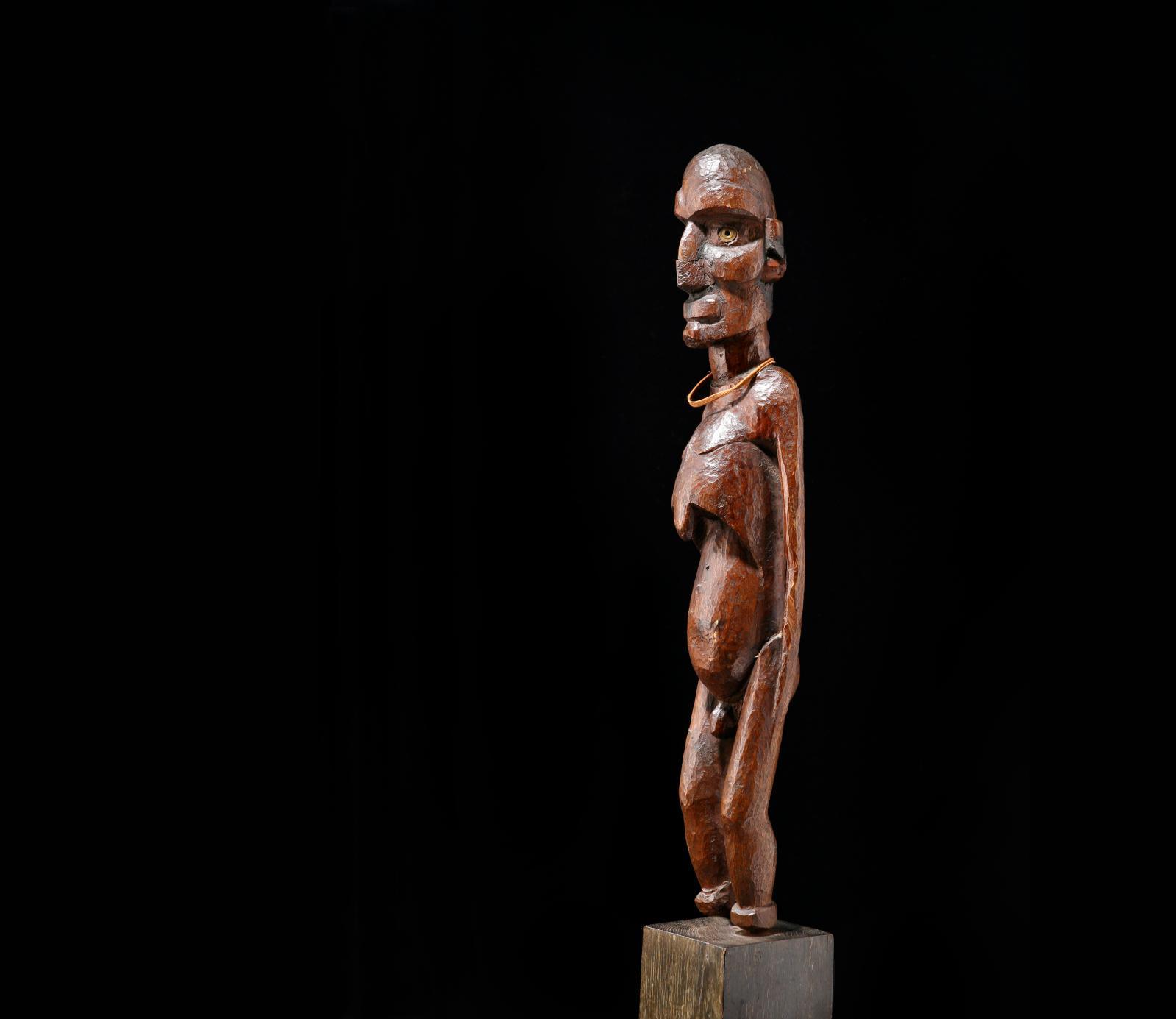Ile de Pâques. Effigie masculine dite «Moai kavakava» en bois dur à patine brune brillante et nacre, h.54cm.Paris, Drouot, 21juin 2013. Enchères Ri
